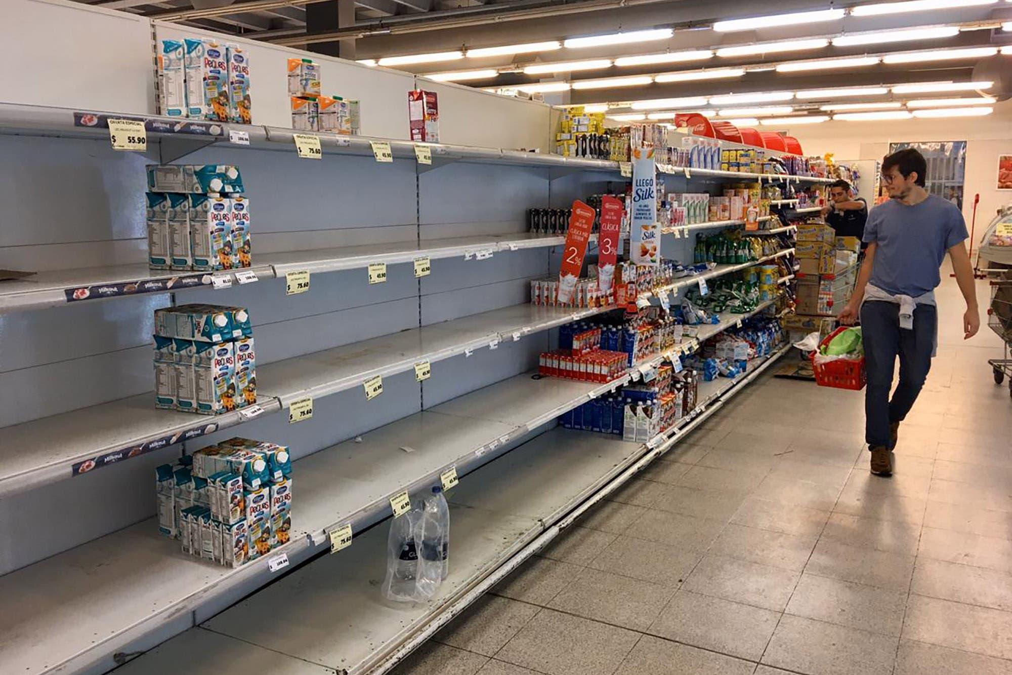Supermercado desabastecido por la pandemia en Argentina