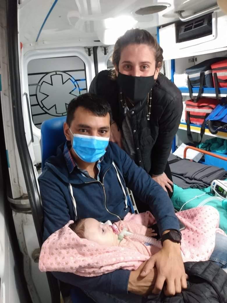 Los padres de Emmita viajando a comenzar el tratamiento.