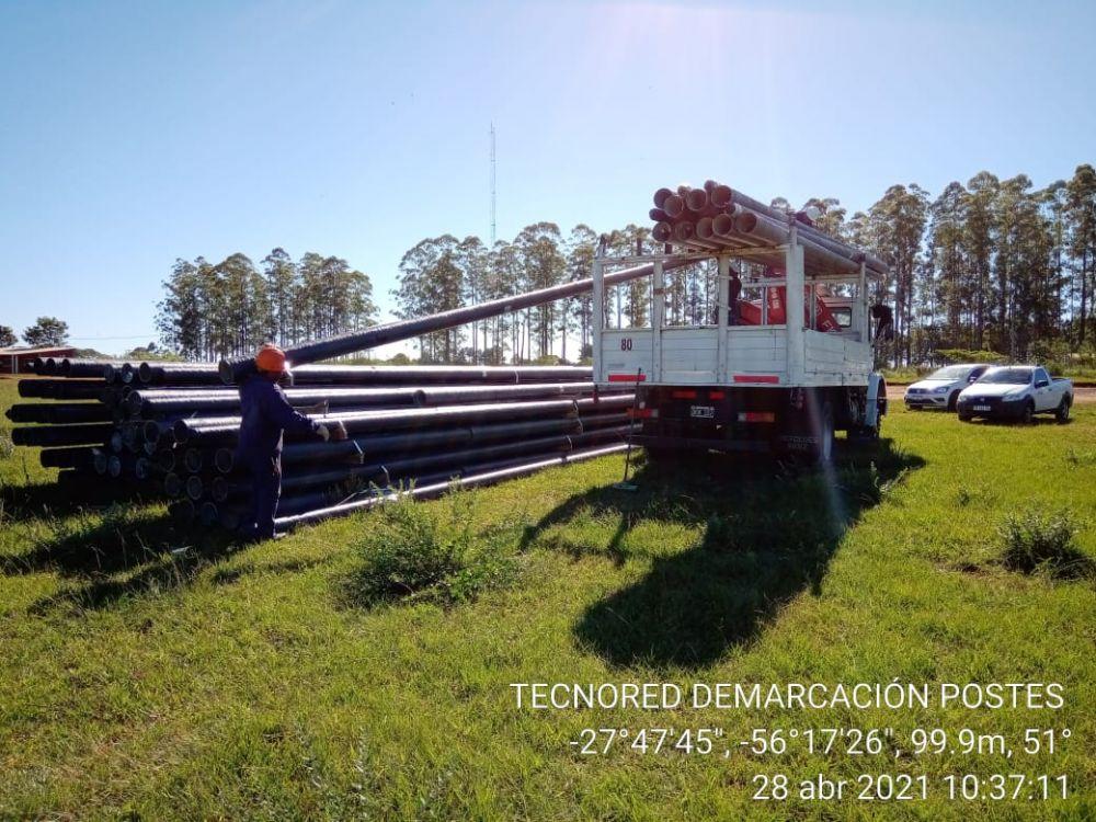 Tendido de postes de fibra óptica en Corrientes